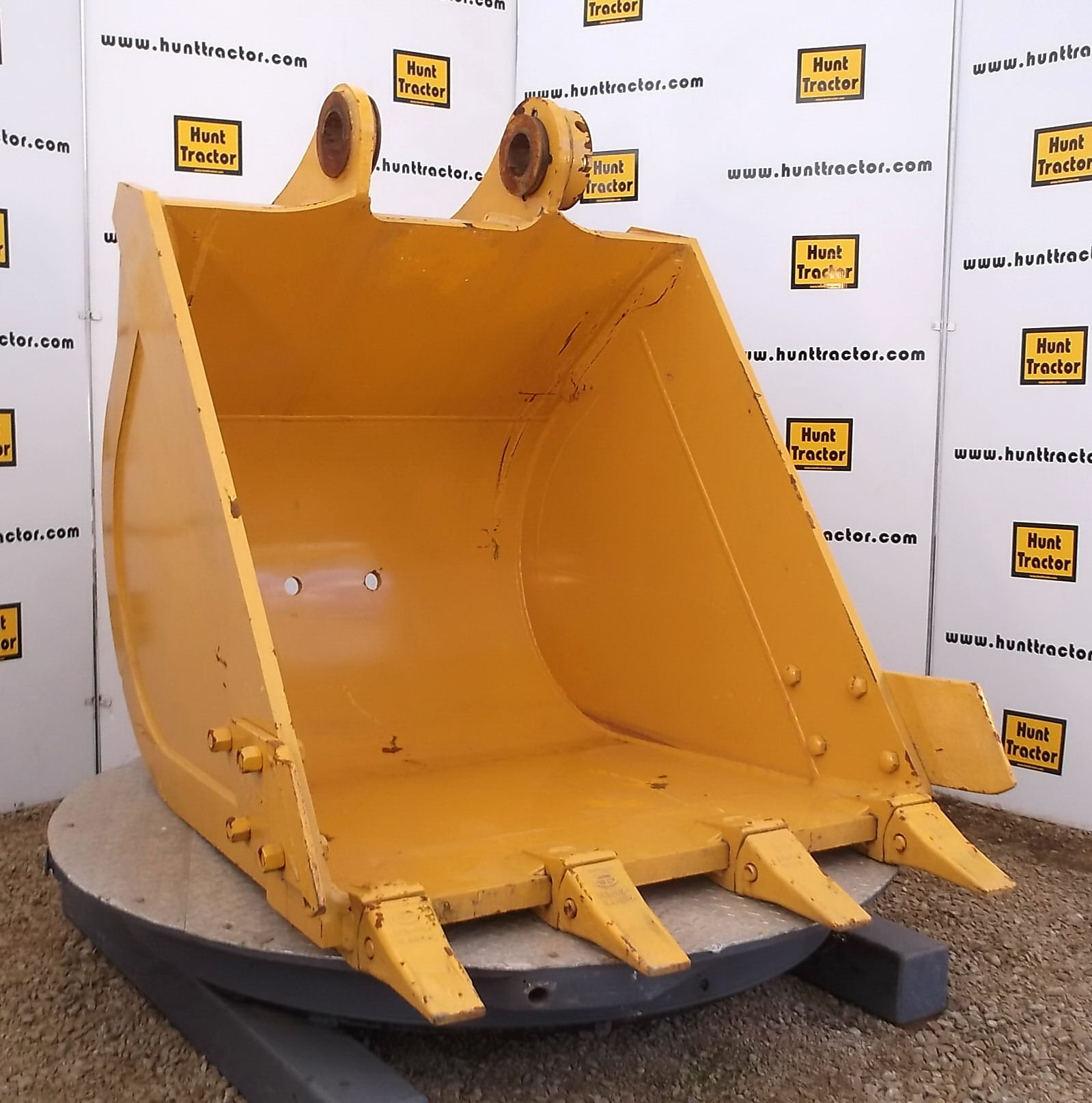 47540-New 46in Komatsu PC220-5 Bucket-1